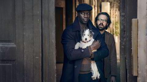 Omar Sy (til venstre) vender fredag 11. juni tilbake som mestertyven Assane Diop, i fortsettelsen av den franske Netflix-serien «Lupin».