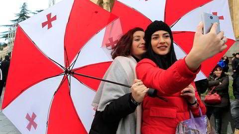 Romanen «Det åttende livet (til Brilka)» følger syv generasjoner i Georgia, frem til landet blir selvstendig i 1991. Bildet viser to kvinner som støtter politikeren Grigol Vashadze i Tbilisi i 2018.