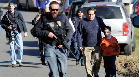 26 mennesker mistet livet, 20 av dem barn, under skoleskytingen på Sandy Hook barneskole i Newtown 14. desember 2012. Flere mente skolemassakren ikke hadde funnet sted, at barna var skuespillere og at også bildene fra evakueringen var iscenesatt.