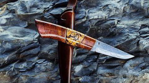 Knivskarp. Kniver som denne satte Maaemo på sporet av Finn Schmidt. Kniven, med et skaft av «desert ironwood», bronse og tverrsaget støttann av mammut ga den selverklærte materialnerden en førstepremie i en knivkonkurranse.