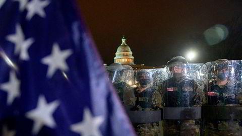 Nasjonalgarden er satt inn i den amerikanske hovedstaden. Ifølge New York Times avviste president Donald Trump en forespørsel om å mobilisere nasjonalgarden for å beskytte Kongressen da demonstranter angrep.