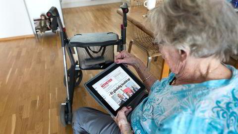 Denne kvinnen får med seg lokalnyhetene på en iPad, men Pensjonistforbundet er urolig for at mange eldre ikke klarer å henge med på den raske digitaliseringen av samfunnet.