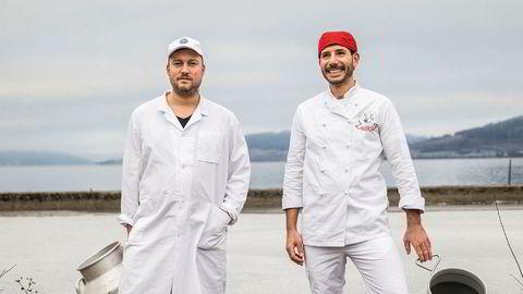 Melkemenn. Meieribestyrer Yngve Strøm Tingstad (til venstre) og mozzarellakonsulent Antonio Caroli utenfor Thorbjørnrud Hotell ved Randsfjorden i Jevnaker.