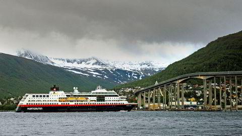 Hurtigruten leverer enda et stort underskudd som følge av krisen i reiselivsnæringen, og selskapet blir fortsatt etterforsket av politiet etter sommerens smitteskandale. Her er hurtigruteskipet «Midnatsol» i Tromsø.