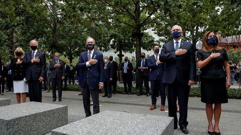 Tidligere New York-borgermester Mike Bloomberg (i midten) klarte ikke selv å bli Demokratenes presidentkandidat, men pøser nå nær en milliard kroner inn i Joe Bidens (t.v) valgkamp i stedet. Her sammen med visepresident Mike Pence og hans kone Karen under minnemarkeringen for 9/11 fredag.