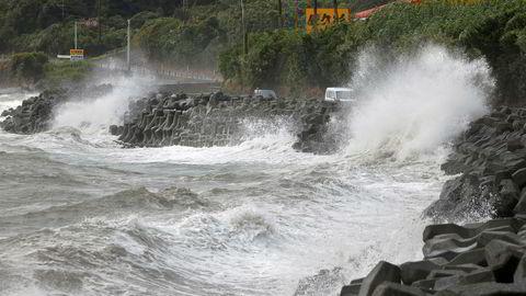 Tyfonen Haishen nærmer seg Busan i Sør-Korea etter å ha brakt kraftig nedbør og vindkast over det sørlige Japan søndag.
