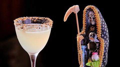 Hellig gral. Den meksikanske helgenen Santa Muerte lyser sin velsignelse over drinken Cinder.