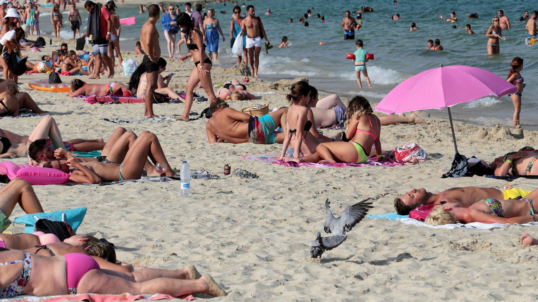 Turister soler seg på stranden i Magaluf på lørdag. Den viktige spanske turistsektoren har gått tilbake etter terrorangrepene i slutten av forrige uke.