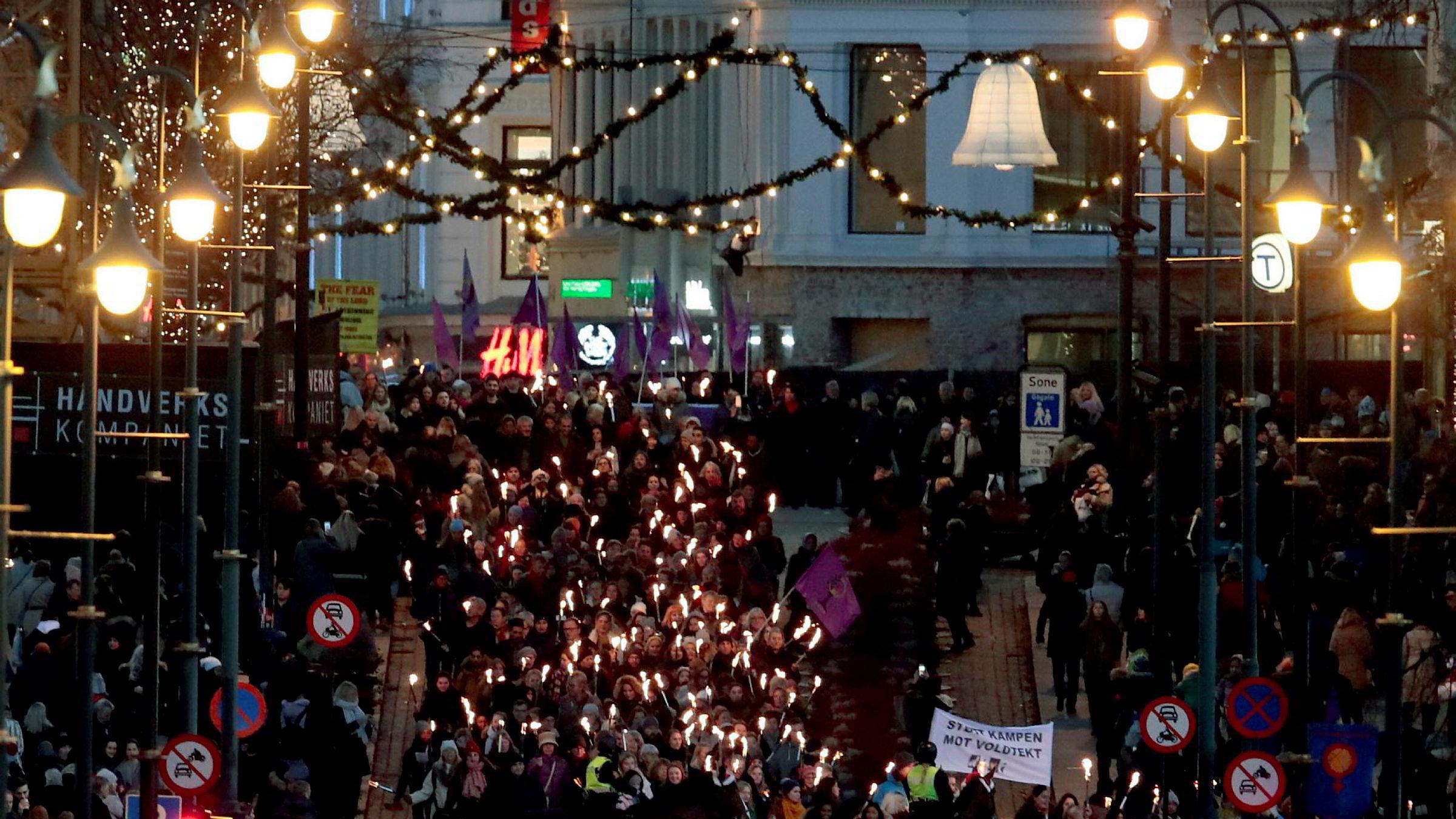 17 prosent av kvinner i Norge sier de er blitt seksuelt trakassert. Bildet er fra fakkeltog i Oslo i november mot trakassering og vold.