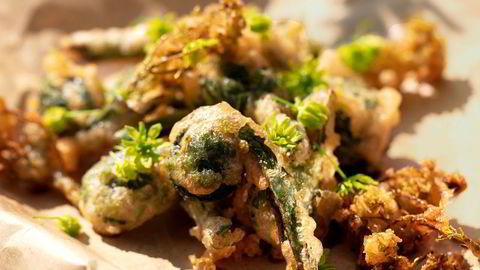 Fritert. Munnfuller med strutseving-tempura passer supert til drinken.