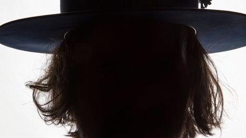 En vane. Hattemaker Håvard Haga går stort sett med hatt hele tiden, og det har han gjort i mange år. – For min del er det en vane, men jeg går med lue også. Iblant, sier Haga.
