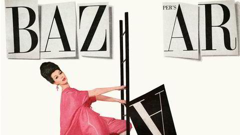 Desember-forsiden 1959. I løpet av 1950-tallet hadde Bazaar fått en såpass mektig posisjon i moteverden at den ble harselert med i musikalen «Forelsket i Paris», med Audrey Hepburn Burn i rollegalleriet. På magasinomslaget her er 1950-tallsmodellen Dovima.