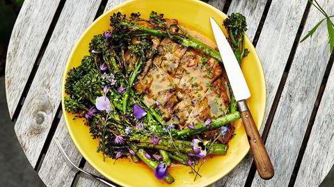 Enkelt. – Det å ha færre elementer gjør at det er mindre stress, og så blir det litt morsomt å lage mat, sier Hanne Rutgerson om svinenakke med curry og brokkolini.
