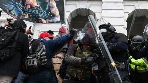 Politiet presser tilbake inntrengere president Trump hadde oppfordret til å marsjere mot Kongressen.