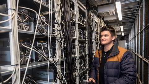 – Nå er det veldig bra og etter korona traff ble strømprisene veldig lukrative, sier datasenterleder Eirik Solfjeld, som viser frem rad på rad med maskiner som produserer kryptovalutaen bitcoin.