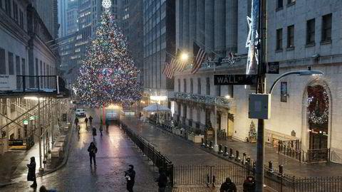 Det er førjulsstille i New Yorks gater, men selv om vaksineringen er i full gang i USA, herjer koronafrykten videre på Wall Street etter at et mutert virus ble oppdaget i Storbritannia nylig.