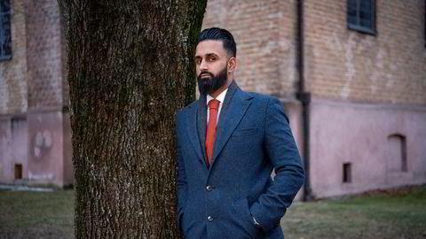 Advokat Usama Ahmad mener klienten som er tiltalt i den omfattende BankID-svindelen har vært et lett offer for andre kriminelle.
