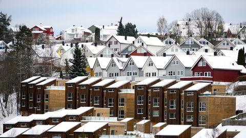 Det er tett mellom boligene i Oslo, men likevel er det altfor få til å dekke etterspørselen. Det gir sterkt økende priser.