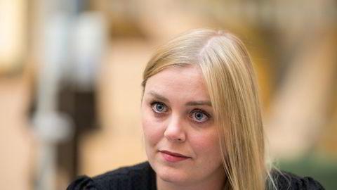 Olje- og energiminister Tina Bru (H) mener Aps Espen Barth Eide prøver å «ri to hester samtidig» i eierstyringen av Equinor.
