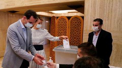 Syrias president Bashar al-Assad og hans kone Asma avla stemme i et valglokale i hovedstaden Damaskus søndag.