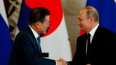 Sør-Koreas president Moon Jae-in og hans russiske kollega Vladimir Putin i Moskva fredag. Putin invitererer nå begge de koreanske lederne til Vladivostok.