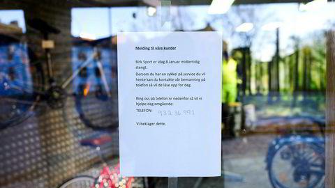 Tomme lokaler, låst dør og denne lappen på vinduet møtte kundene som besøkte Birk Sports butikk på Torshov i Oslo onsdag.