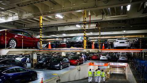 Torsdag startet lossingen av 1305 flunkende nye Tesla fra frakteskipet Glovis Courage på Filipstadkaia i Oslo.
