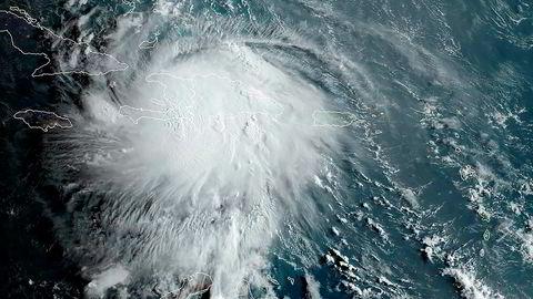 Satellittbilde av ekstremværet Lara som søndag feide over Haiti og Den dominikanske republikk