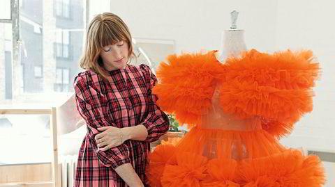 Signaturen. Molly Goddard lar fingrene gli over kjolen Harriet, som allerede er blitt båret av musikkstjerner som Solange Knowles og Kelsey Lu.