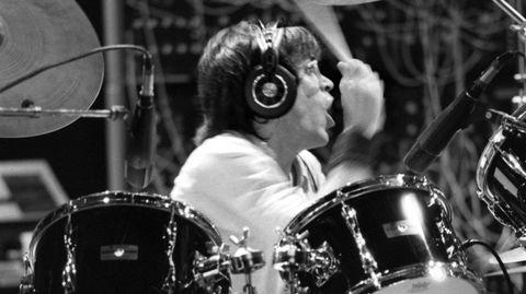Toto-trommeslager Jeff Porcaro som vi er vant til å se ham, her bak trommesettet i Los Angeles i 1981.