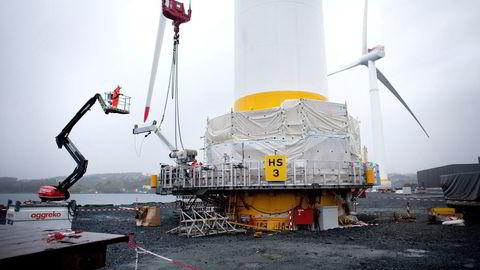 Aker Horizons har 2025-ambisjoner om å bidra med ti gigawatt fornybar energi, tilsvarende 25 prosent av Norges samlede strømforbruk, skriver Kjell Inge Røkke, Øyvind Eriksen og Atle Tranøy. Her monteres havvindmøller for Equinor hos Aker på Stord.