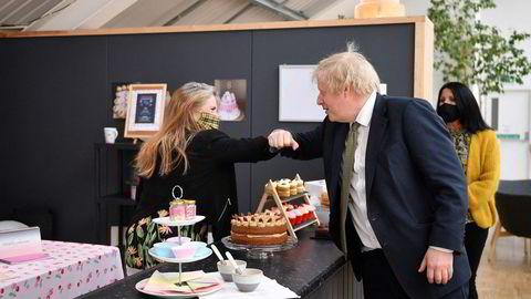 Statsminister Boris Johnson besøkte mandag småbutikker i Truro i Cornwall, sørvest i England i forbindelse med en forsiktig gjenåpning av samfunnet.