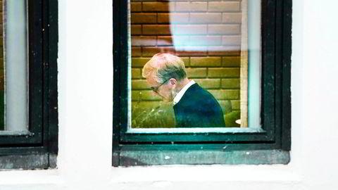Ap-leder Jonas Gahr Støre forberedte seg på et møterommet på Hurdalsjøen hotell. Klokken 12 mandag skal sonderingene mellom de tre partiene starte opp igjen – denne gangen med forsterket lag.
