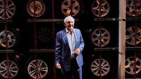 Tidligere rallysjåfør og bilforhandler Egil Stenshagen selger kontrollen i siste del av det gamle bilimperiet – dekk og felger. Nå blir han styremedlem og prosjektleder for en ny nordisk aktør i stedet.