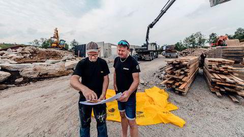 Knut Thorkaas til venstre og rørlegger Arnfinn Erga ser på tegningen av hytta som Thorkaas bygger i Sirdal.– Det er en utfordring å få tak i trelast. Nå kommer materialer fra to kjeder, istedenfor en, sier Thorkaas.