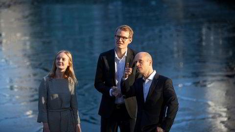 Spredningen av det muterte viruset kan føre til at oppsvinget i norsk økonomi blir utsatt, mener sjeføkonom Øystein Børsum (til høyre) i Swedbank. Her sammen med makroøkonom Marlene Granerud og rente- og valutastrateg Kjetil Martinsen.