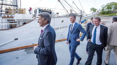 Advokat Jørgen Lund (til venstre) har siden 2012 vært arbeidende styreleder i Ugland-konsernet i Grimstad. Det har så langt kostet familiekonsernet over 100 millioner kroner. Her er Lund på Norshipping i 2017 med Knut Ugland og administrerende direktør i rederiet, Øystein Beisland (til høyre).