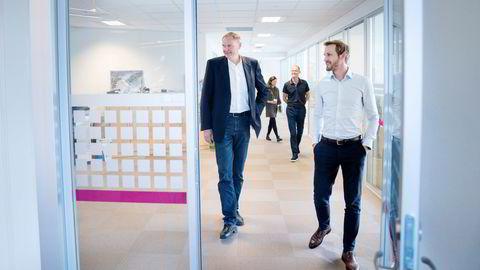 Øivind O. Aase (til venstre) startet karrieren som gründer med å kjøpe et konkursbo. Nå fusjonerer han selskapet Terratec med droneselskapet KVS Technologies og Cato Vevatne i en 800 millioner kroner stor fusjon. I bakgrunnen Arild Austigard, styreleder i KVS Technologies.