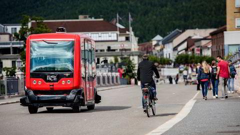 Det er ikke nødvendig å vente 15 år på autonome kjøretøy. Her er en franskprodusert selvkjørende elektrisk minibuss under uttesting i Kongsberg.