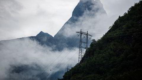 Regjeringen Støre bør vurdere å la eksportavgift på strøm erstatte elavgiften, skriver Espen Sirnes.
