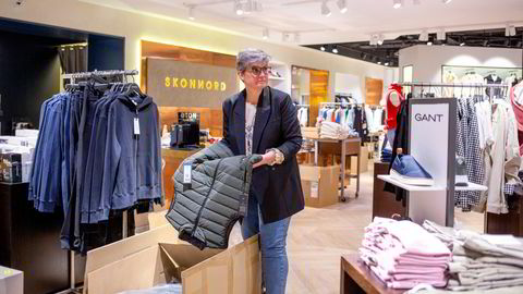 Av 13 ansatte har jeg i dag fire ansatte i igjen i arbeid. Resten er permittert, sier daglig leder Anniken Skonnord Bacher i klesbutikken Rolf Skonnord as i Ski storsenter.