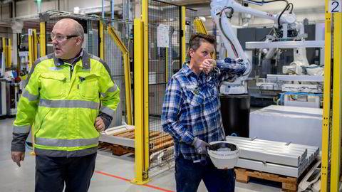 – Jeg passer på at produksjonen går bra, sier montør Kine Skaret Gullberg (til høyre) i bildelprodusenten Benteler Automotive. Til venstre daglig leder Roger Kyseth i selskapet.