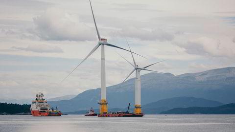 En rekke klimatiltak vil bli lønnsomme. Havvind og karbonfangst vil fremstå helt annerledes når utslippskostnadene mer enn dobles, skriver Anders Bjartnes. Bildet viser flytende vindmøller som ferdigstilles på Stord.