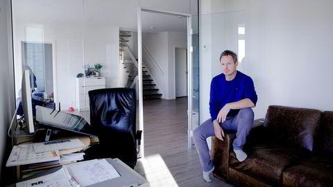 Frode Øverli, tegneserieskaper, her fotografert på hjemmekontoret på Askøy.