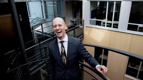 Sjefstrateg Øystein Børsum i Swedbank tror styringsrenten settes opp tidligere enn planlagt – men ikke helt ennå.