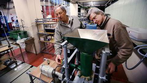 Knut Helland (venstre) og Karl Weydahl var sivilingeniører og lektorer ved Høgskolen i Bergen. De to utviklet en metode for å utvinne biodrivstoff fra treverk, og fikk investorer med på å bygge et pilotanlegg for over 60 millioner kroner. Teknologien fikk imidlertid aldri kommersielt gjennomslag, og satsingen er gitt opp. Her er gründerne avbildet i en DN-reportasje fra 2007.