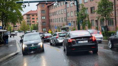 Prisforskjellen mellom elektriske og fossile biler i bomringene må øke, skriver Lan Marie Berg i innlegget.