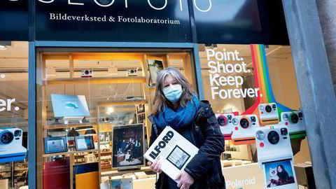 Da billedkunstner Ingwill Gjelsvik (61) fikk rede på at butikkene måtte stenge ned fortet hun seg for å hente to pakker Ilford-papir til printing i mørkerommet.