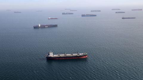 USA største havn, Los Angeles, losset 16 prosent flere containere i september i år enn to år tidligere, skriver Øyvind Thomassen. Bildet: Skip i kø for lossing ved Long Beach.