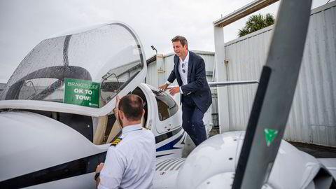 Flygründer Bjørn Tore Larsen (til høyre) forbereder oppstart for Norse Atlantic Airways, og har nylig ansatt en ansvarlig leder for driftstillatelsen til selskapet som frem til nå har hatt ansvar hos Luftfartstilsynet med å utstede samme tillatelser. Her er Larsen med en annen pilotkollega i Florida i juni i år.
